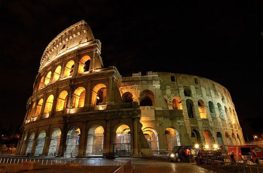 640px-Colosseum_at_night